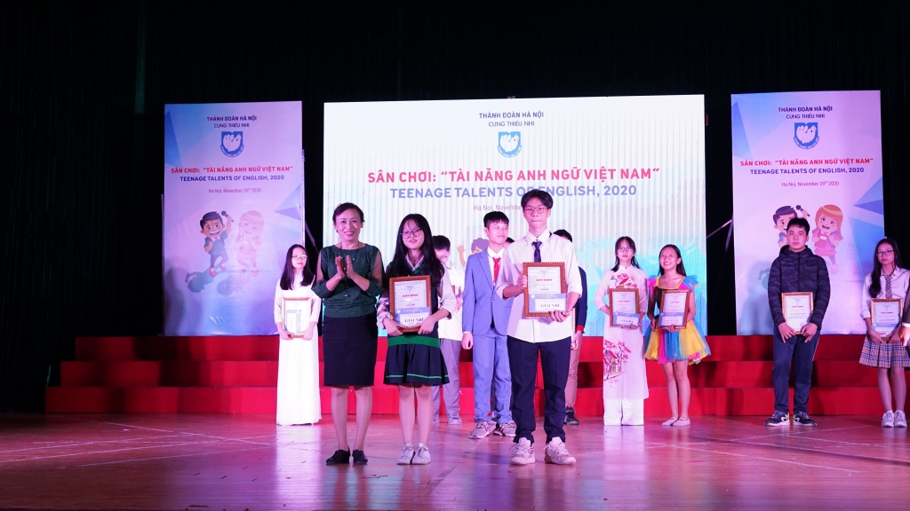 Đại diện Ban Tổ chức trao giải Nhì