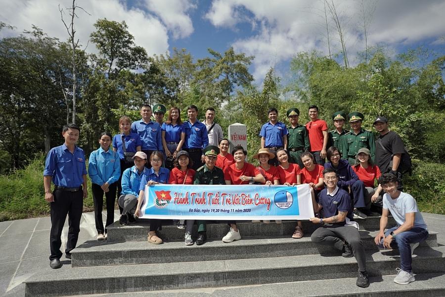 Các thành viên trong đoàn cùng Đoàn viên Thanh niên huyện và các chiến sĩ đồn thăm cột mốc biên giới số 41 trên địa bàn huyện