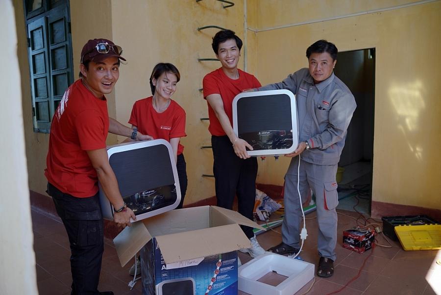Trần Đặng Đặng Khoa, Yến Retro và Tô Đi Đâu, cùng các anh em trong đồn vận chuyển máy nước nóng.