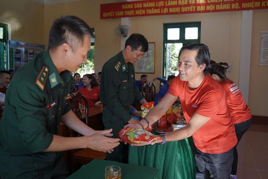 Trần Đặng Đăng Khoa gửi tặng các cán bộ chiến sĩ những đặc sản làm quà giao lưu