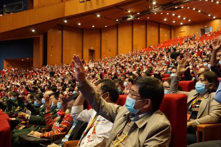Đại biểu biểu quyết thông qua danh sách Đoàn Chủ tịch Đại hội