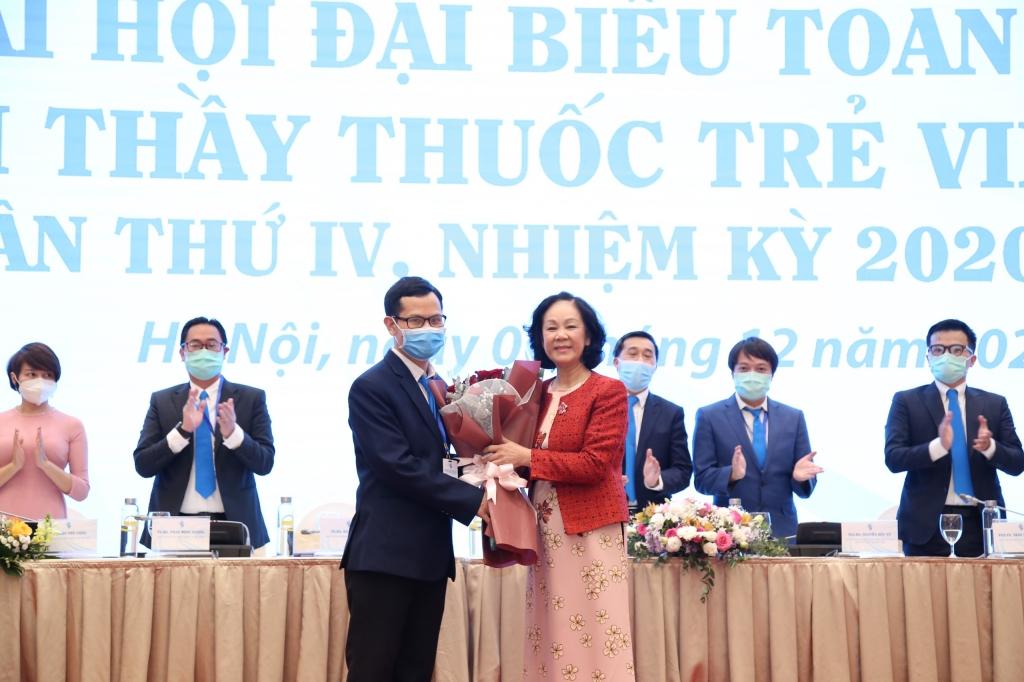 Đại hội tặng hoa tri ân tới đồng chí Trương Thị Mai, Trưởng ban Dân vận Trung ương