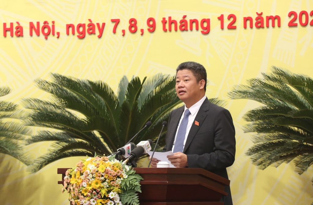 Giám đốc Sở Kế hoạch và Đầu tư Nguyễn Mạnh Quyền trình bày tờ trình của UBND TP tại kỳ họp