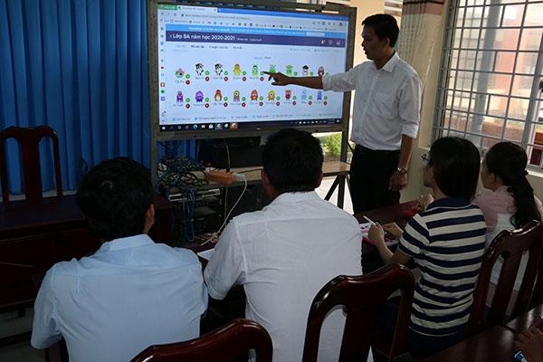 Thầy Huỳnh Hoàng Voi hướng dẫn giáo viên nhà trường ứng dụng công nghệ thông tin trong giảng dạy