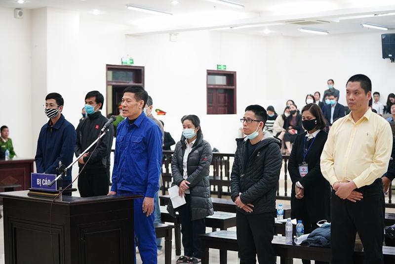 Các bị cáo trong vụ án Vi phạm quy định về đấu thầu gây hậu quả nghiêm trọng xảy ra tại CDC Hà Nội)
