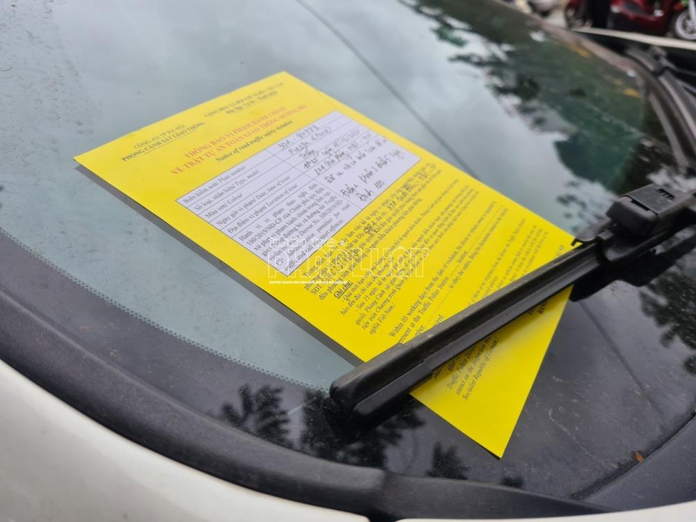 """Dán giấy vàng lên xe – CSGT Hà Nội """"mạnh tay"""" phạt nguội"""