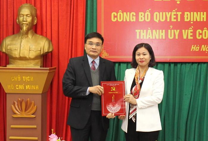 Phó Bí thư Thường trực Thành ủy Hà Nội Nguyễn Thị Tuyến trao Quyết định cho đồng chí Nguyễn Trường Sơn