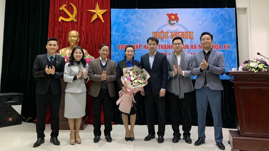 Các đồng chí lãnh đạo Trung ương Đoàn, ban Dân vận Thành ủy cùng Thường trực Thành đoàn Hà Nội tặng hoa chúc mừng đồng chí Bùi Lan Phương