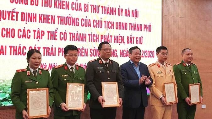 Bí thư Thành ủy Hà Nội gửi thư khen các đơn vị phát hiện, bắt giữ tàu khai thác cát trái phép trên sông Hồng
