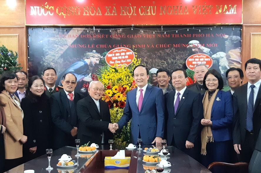 Phó Bí thư Thành ủy, Chủ tịch HĐND thành phố Hà Nội Nguyễn Ngọc Tuấn tặng hoa linh mục Dương Phú Oanh, Chủ tịch Ủy ban Đoàn kết Công giáo Việt Nam thành phố Hà Nội