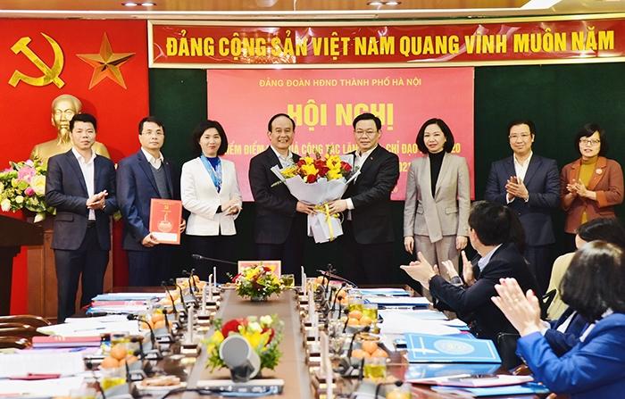 Bí thư Thành ủy Vương Đình Huệ trao quyết định, tặng hoa chúc mừng Đảng đoàn HĐND TP