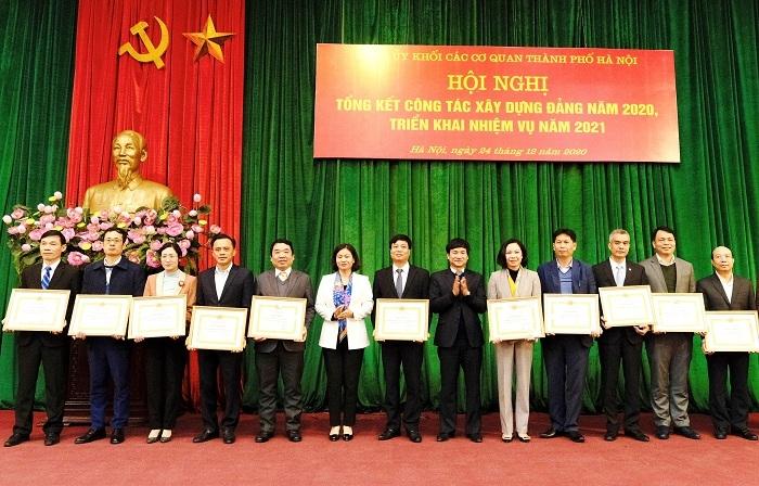 Phó Bí thư Thường trực Thành ủy Nguyễn Thị Tuyến và Bí thư ĐUK Các cơ quan Nguyễn Doãn Hoàn trao khen thưởng cho các tập thể xuất sắc