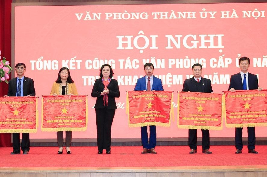 Phó Bí thư Thường trực Thành ủy Hà Nội khóa XVI, theo dõi hướng dẫn Đảng bộ thành phố Hà Nội Ngô Thị Thanh Hằng trao Cờ thi đua của UBND thành phố Hà Nội cho các đơn vị có thành tích xuất sắc năm 2020.