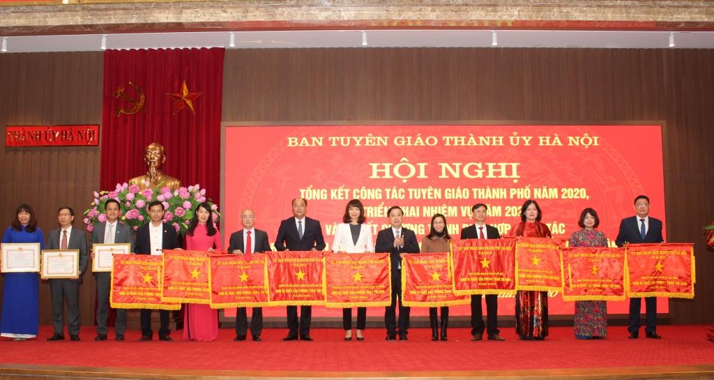 Phó Chủ tịch UBND TP Chử Xuân Dũng trao Cờ thi đua và Bằng khen của UBND TP cho các tập thể