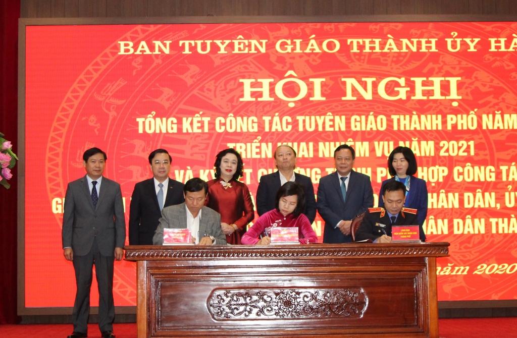 Đại diện Ban Tuyên giáo Thành ủy, Tòa án Nhân dân, Viện Kiểm sát Nhân dân TP ký kết chương trình phối hợp