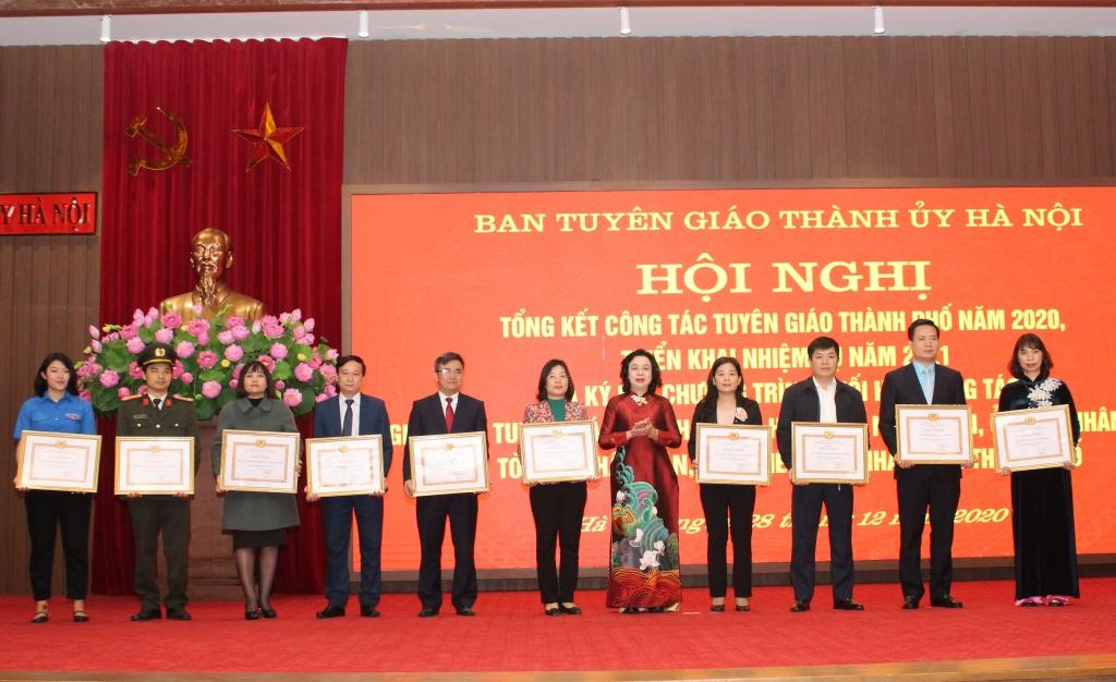 Phó Bí thư Thường trực Thành ủy Hà Nội khóa XVI Ngô Thị Thanh hằng trao Bằng khen cho các tập thể có thành tích xuất sắc