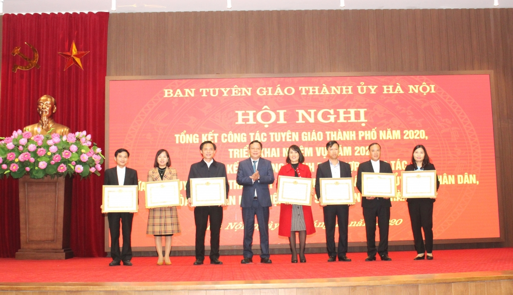 Phó Bí thư Thành ủy Nguyễn Văn Phong trao bằng khen cho các tập thể