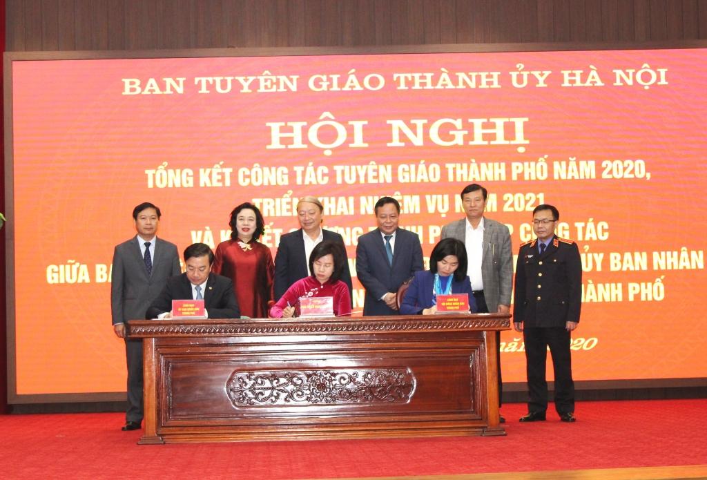 Đại diện Ban Tuyên giáo Thành ủy, HĐND, UBND TP ký kết chương trình phối hợp