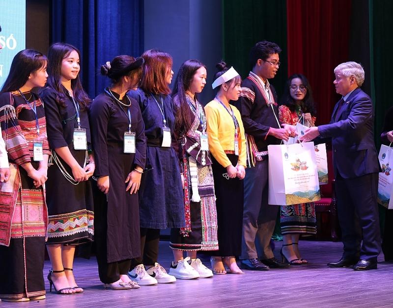 Bộ trưởng, Chủ nhiệm Đỗ Văn Chiến tặng quà cho đại diện các em HS, SV, TN DTTS tại buổi gặp mặt.(anh DT&PT)