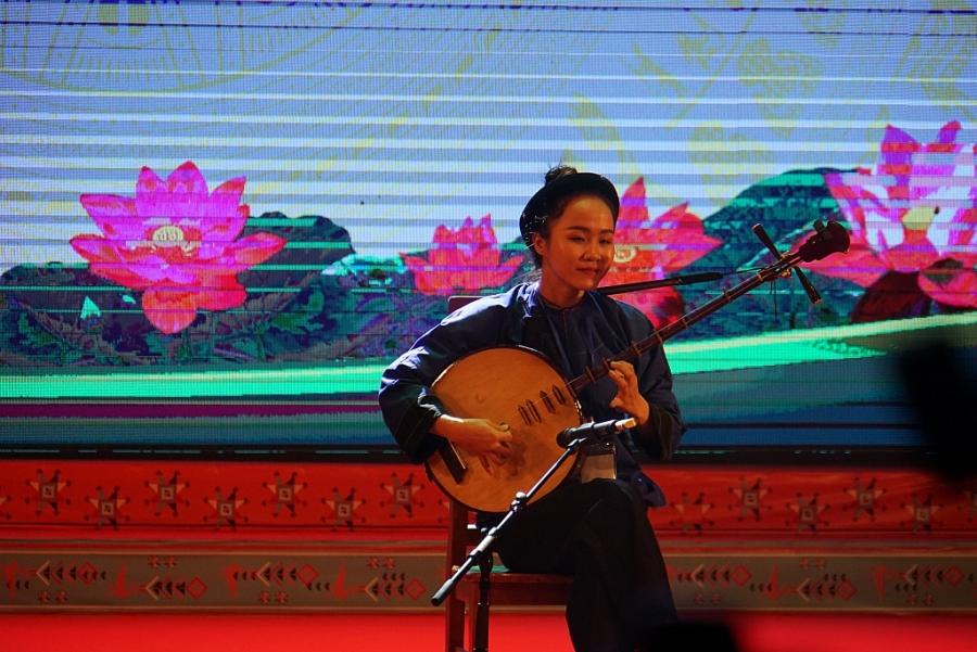 Em Lâm Thị Kim Hồng, một trong số HSSV, thanh niên DTTS được tuyên dương đợt này đang trình diễn tiết mục đàn nguyệt đem lại giải cao cho em.