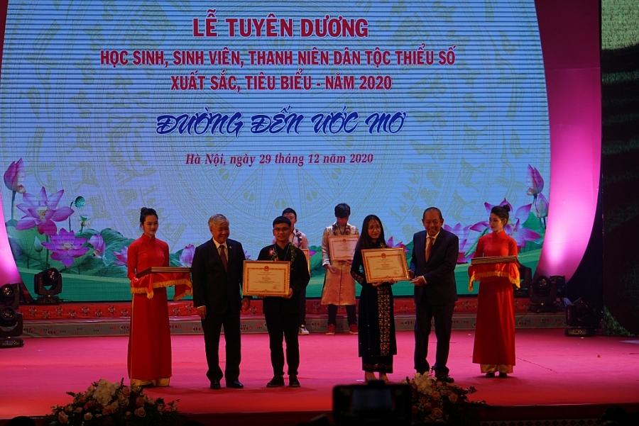 Phó Thủ tướng Thường trực Trương Hòa Bình và Bộ trưởng, Chủ nhiệm Đỗ Văn Chiến trao bằng khen cho các em HSSV, thanh niên DTTS xuất sắc, tiêu biểu