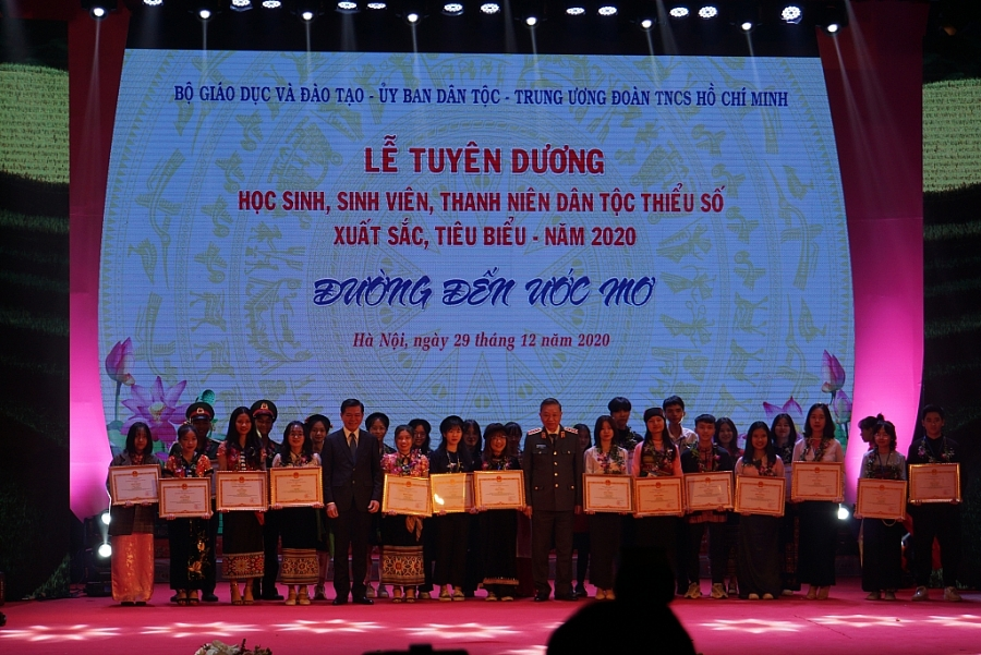 HSSV, thanh niên DTTS nhận bằng khen tại buổi lễ tuyên dương