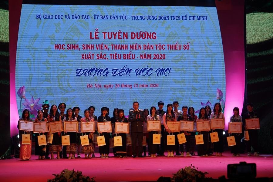 Bộ trưởng Tô Lâm tặng quà cho 145 HSSV, thanh niên DTTS được tuyên dương