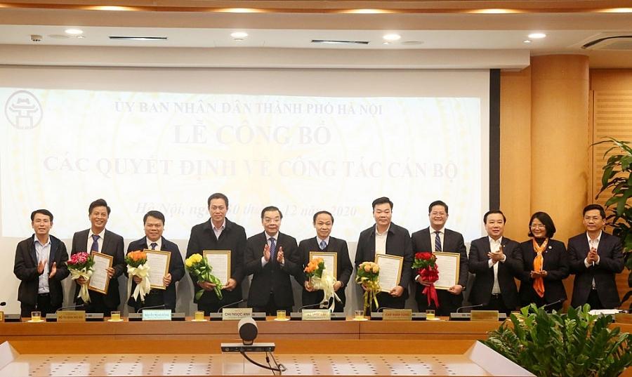 Chủ tịch UBND TP Chu Ngọc Anh trao quyết định và chúc mừng các đồng chí được lãnh đạo TP tin tưởng trao trọng trách