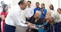 Thủ tướng Nguyễn Xuân Phúc trao quà Tết cho các gia đình chính sách, hộ nghèo...