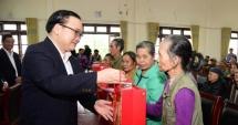 Bí thư Thành ủy Hoàng Trung Hải tặng quà Tết các hộ nghèo đồng bào dân tộc thiểu số huyện Ba Vì
