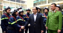 Bí thư Thành ủy Hà Nội Hoàng Trung Hải thăm, chúc Tết đơn vị công an, quân đội làm nhiệm vụ trực Tết