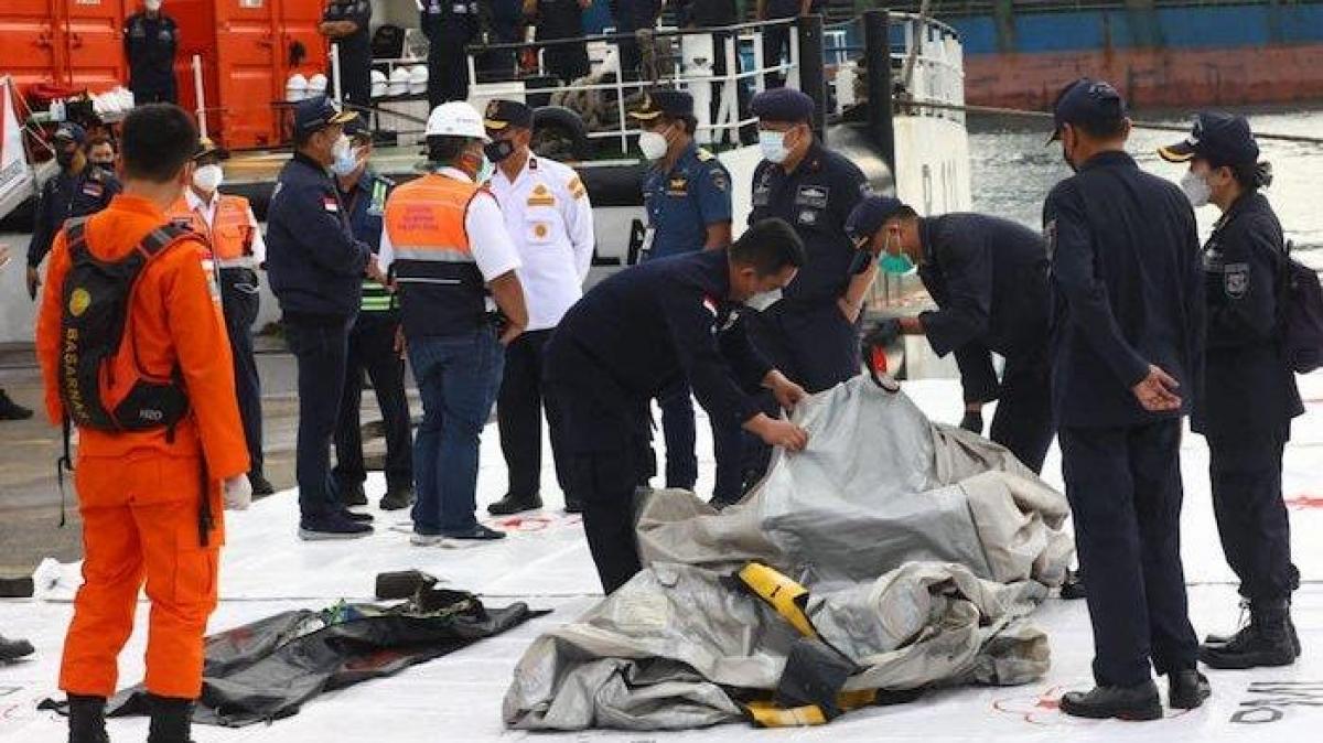 Tìm thấy các mảnh vỡ nghi của máy bay Sriwijaya SJ 182 (Nguồn : Kompas)