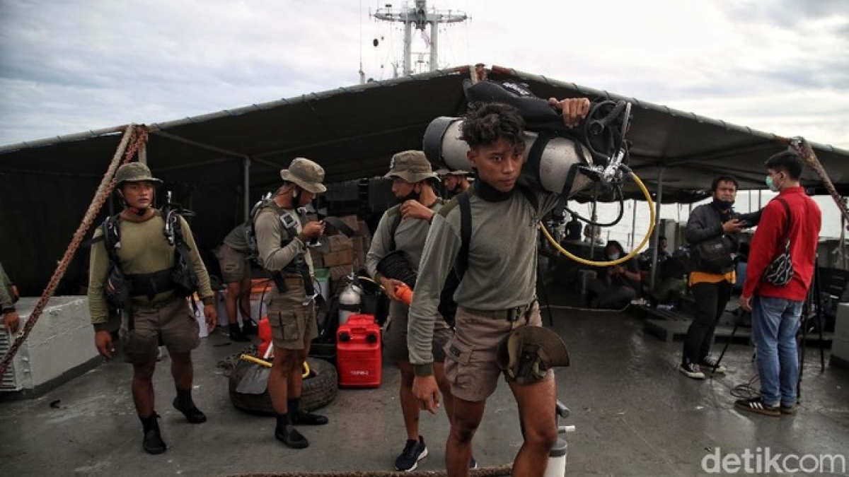 Indonesia tìm kiếm xuyên đêm chiếc máy bay gặp nạn