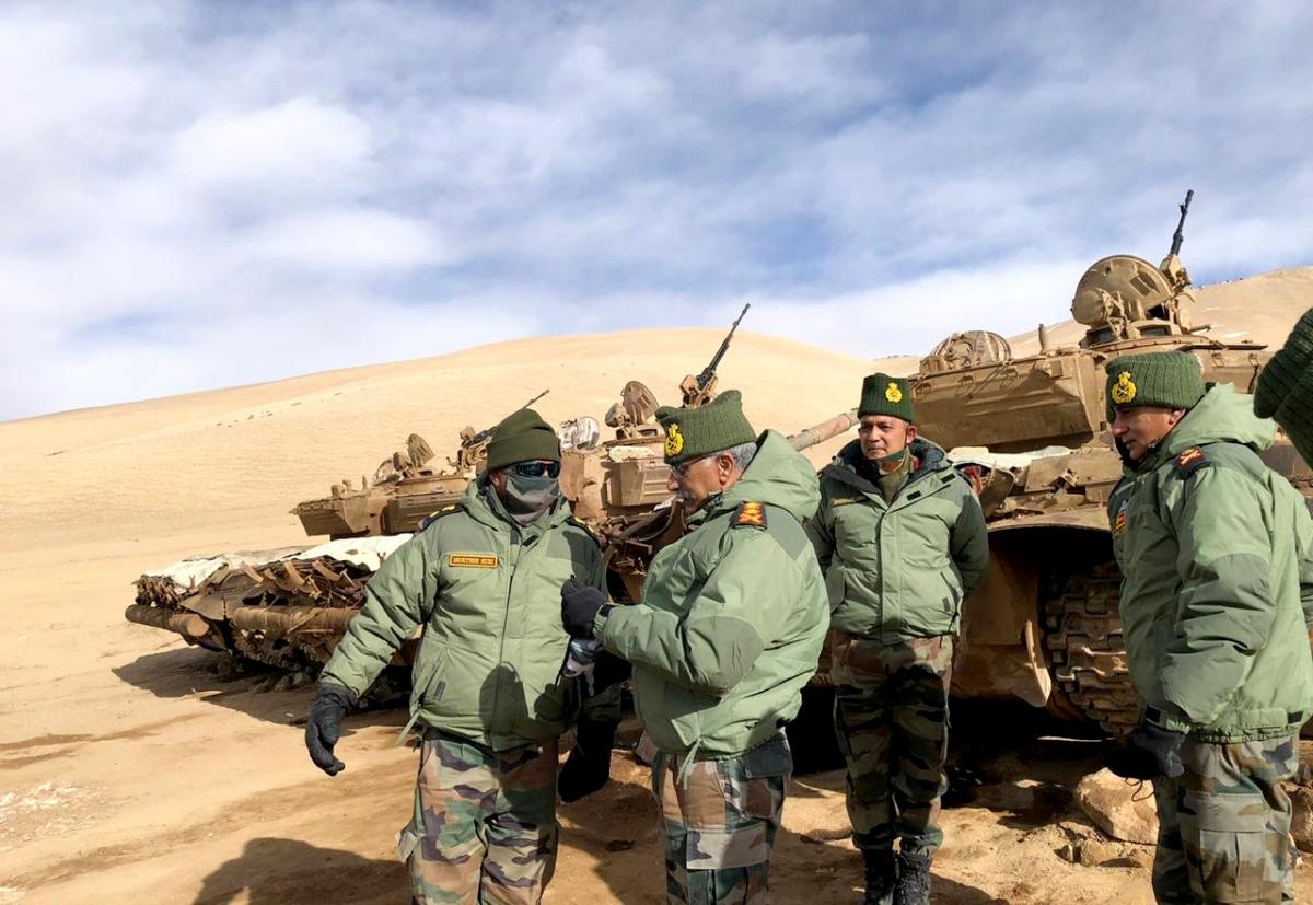 Tư lệnh Lục quân Ấn Độ MM Naravane đi đánh giá giá tình hình đường LAC tại Leh cuối năm 2020. Ảnh ANI.