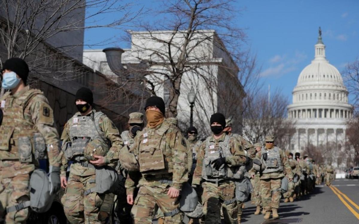 Vệ binh Mỹ tuần tra gần trụ sở quốc hội. Ảnh: Reuters.