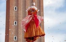 thien su bay long lay mo man le hoi carnival venice o italy