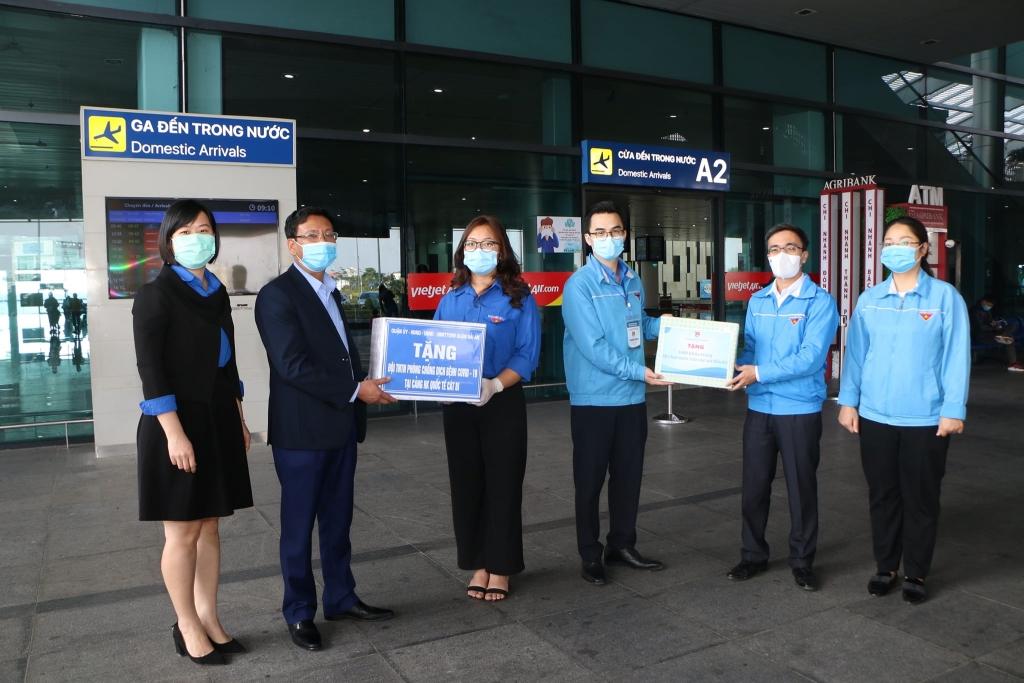 Tặng quà cho đội hình tình nguyện tại sân bay Cát Bi