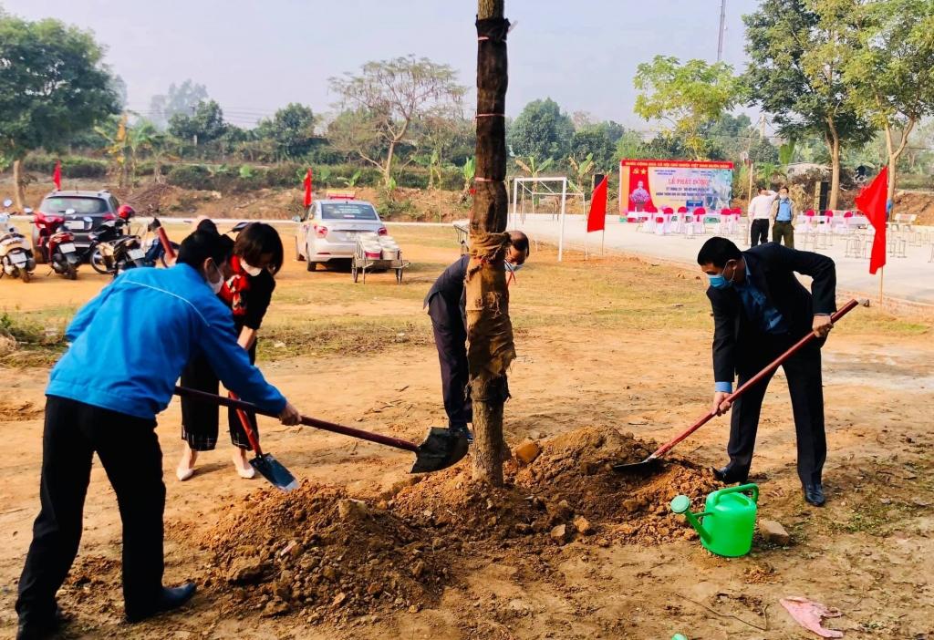 Các đồng chí đại diện lãnh đạo Huyện đoàn, xã Việt Hùng, huyện Đông Anh trồng cây tại buổi lễ