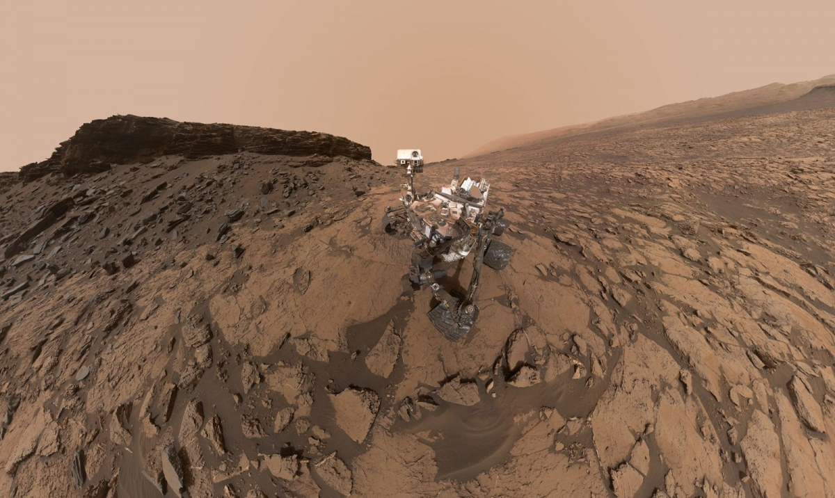 Bức ảnh tự chụp của tàu thăm dò sao Hỏa Curiosity Mars cho thấy hình ảnh của phương tiện này tại địa điểm khoan Quela thuộc khu vực Murray Buttes trên núi Mount Sharp.