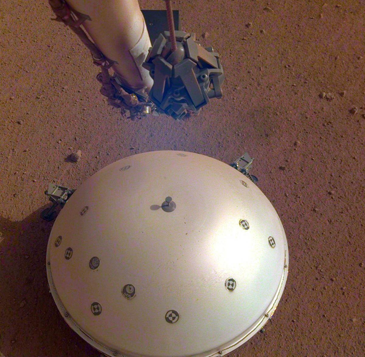 """Máy đo địa chấn của tàu thăm dò sao Hỏa InSight đã lần đầu tiên ghi lại được một """"marsquake"""" - một cơn địa chấn nhỏ trên hành tinh khác ngoài Trái Đất vào tháng 4/2019."""