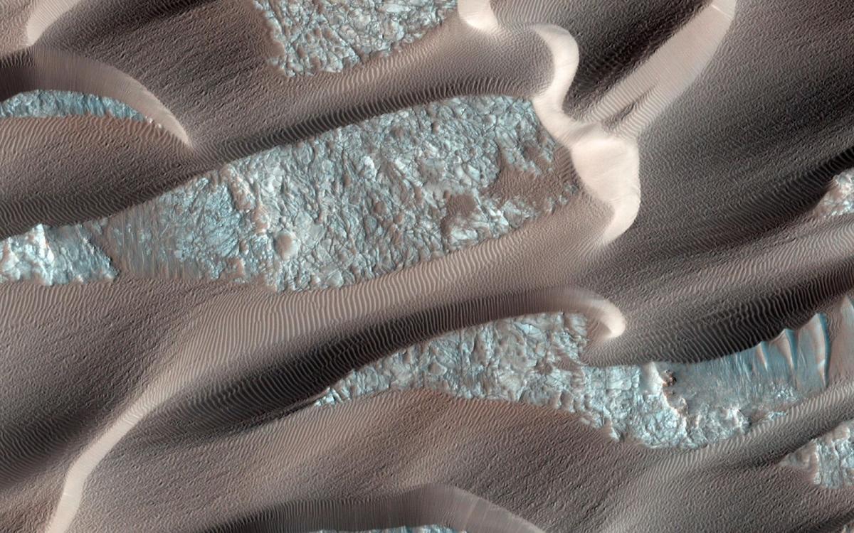 Nili Patera là một khu vực trên sao Hỏa, nơi mà những cồn cát và những gợn sóng di chuyển rất nhanh. HiRISE trên tàu Quỹ đạo Trinh sát sao Hỏa, vẫn tiếp tục quan sát khu vực này 2 tháng/lần để xem xét sự thay đổi theo mùa hàng năm.