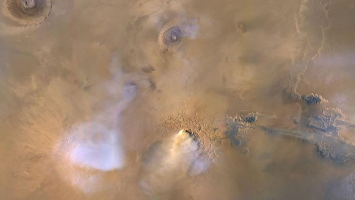 Đám mây ở trung tâm của hình ảnh này thực ra một tháp bụi xảy ra trên sao Hỏa vào năm 2010 và được tàu Quỹ đạo Trinh sát sao Hỏa ghi lại. Những đám mây màu xanh và trắng là nước bốc hơi.