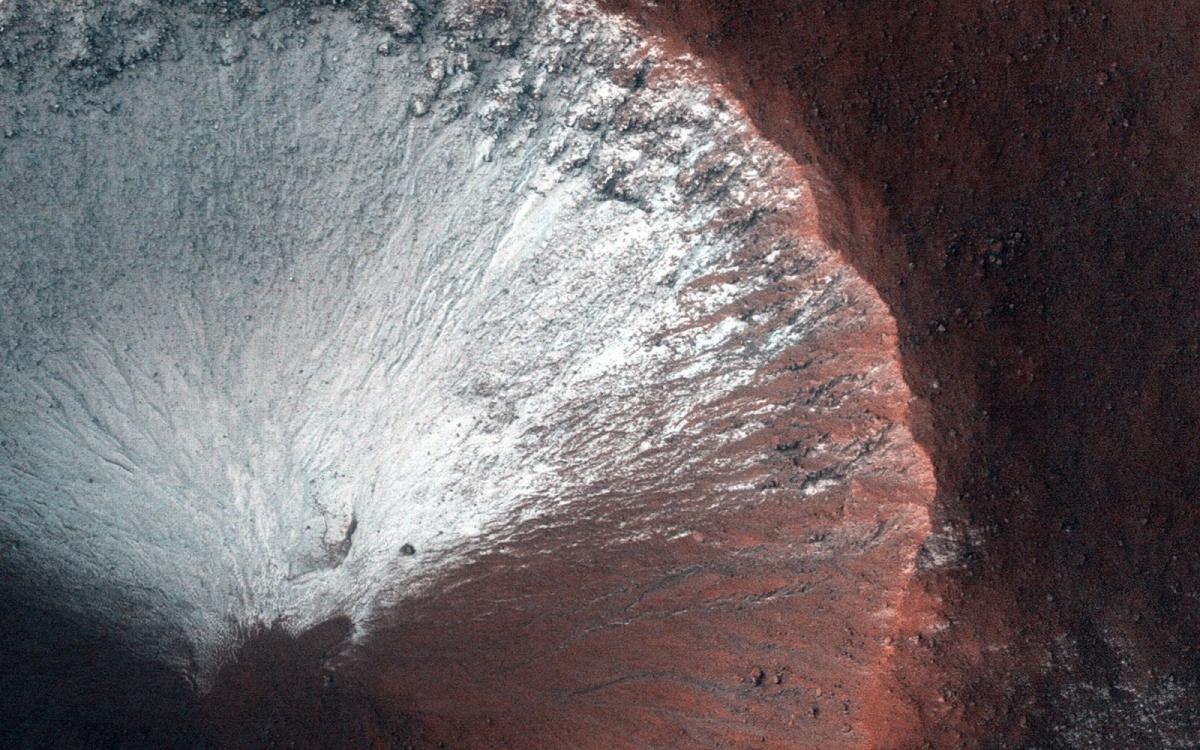 HiRISE đã ghi lại ình ảnh một miệng hố rộng khoảng 1km ở bán cầu nam của sao Hỏa vào tháng 6/2014. Miệng hố này cho thấy băng tuyết ở những sườn dốc phía nam khi sao Hỏa chuẩn bị bước sang mùa xuân.