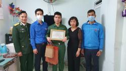 Tặng quà 110 thanh niên quận Long Biên lên đường nhập ngũ năm 2021