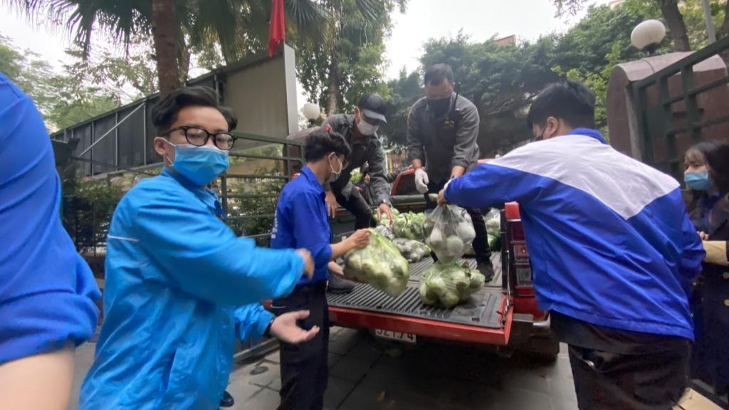 Nông sản được thành viên Câu lạc bộ xe bán tải địa hình Việt Nam và thanh niên tình nguyện vận chuyển đến các điểm tiêu thụ