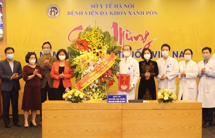 Lãnh đạo TP Hà Nội thăm, chúc mừng cán bộ y tế Bệnh viện Đa khoa Xanh Pôn