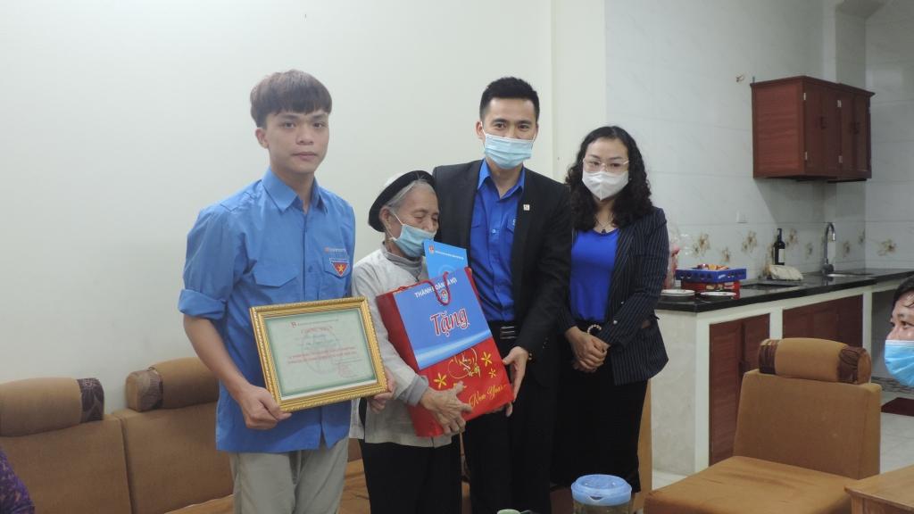 Đồng chí Lý Duy Xuân, Phó Bí thư Thành đoàn Hà Nội trao giấy chứng nhận và tặng quà tới tân binh Mai Đình Mạnh