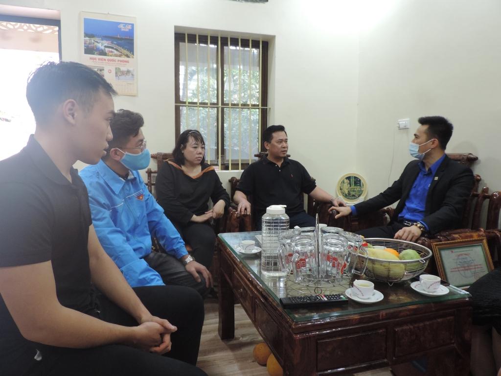 Đoàn công tác tới thăm và động viên gia đình tân binh Nguyễn Viết Tuấn Anh