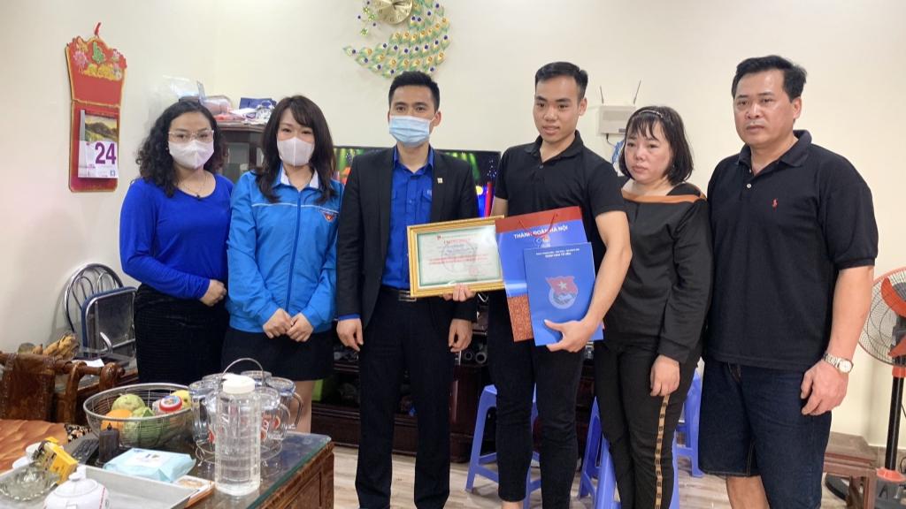 Đoàn công tác tặng quà động viên tân binh Nguyễn Viết Tuấn Anh