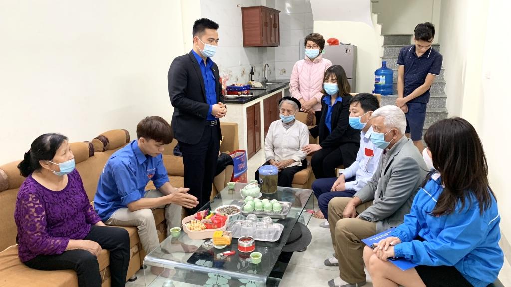 Đồng chí Lý Duy Xuân, Phó Bí thư Thành đoàn Hà Nội phát biểu động viên tân binh Mai Đình Mạnh